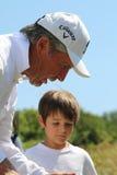 Présentateur de tournoi et maître grand Gary Player avec le petit-fils, Photographie stock