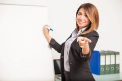 Présentateur féminin posant une question Images stock