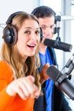 Présentateurs par radio dans la station de radio sur l'air Photos stock