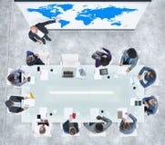 Présentation d'affaires globales dans un bureau contemporain Image libre de droits