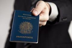 Présentation d'un passeport brésilien. photographie stock