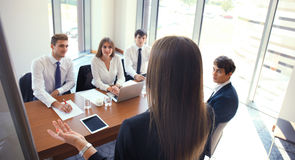 Présentation de conférence d'affaires avec le bureau de flipchart de formation d'équipe images stock