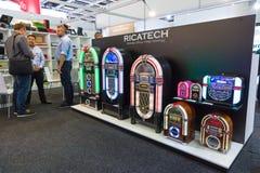 Présentation de nouveaux dispositifs de musique dans le rétro style de la société Ricatech photos stock