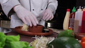 Présentation de petits pains de sushi, maki délicieux de sushi d'un plat en bois clips vidéos