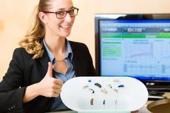 Présentation de prothèse auditive images stock