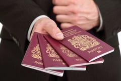 Présentation de quatre passeports britanniques à l'aéroport Image stock