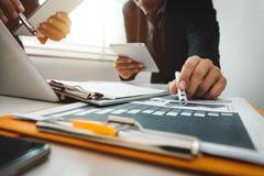 Présentation de réunion d'affaires d'équipe Projet de fonctionnement d'homme d'affaires de main photographie stock