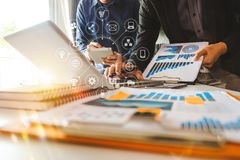 Présentation de réunion d'affaires d'équipe Projet de fonctionnement d'homme d'affaires de main images stock
