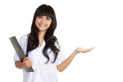 Présentation de sourire de docteur féminin Photographie stock libre de droits
