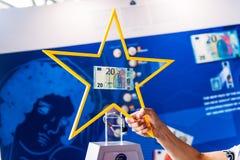 Présentation des nouveaux 20 euro billets de banque par les centrums européens Photographie stock libre de droits