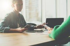 Présentation du projet Femme d'affaires de deux jeunes s'asseyant dans le bureau à la table et discutant le plan d'action Images libres de droits