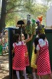 Présentation pour des enfants du théâtre de marionnette, vue par derrière les scènes Images stock