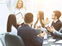 Présentation réussie d'affaires dans le bureau moderne Image libre de droits