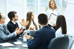 Présentation réussie d'affaires dans le bureau moderne, applaudissant le succès du ` s de société Image stock