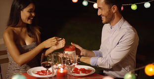 Présentation romantique de jeune homme valentines cadeau Images libres de droits
