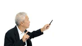 Présentation sérieuse de directeur asiatique d'homme d'affaires sur le blanc d'isolement Image stock