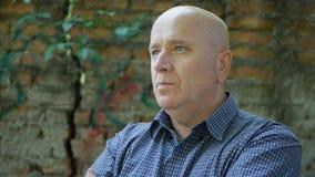 Présentation sûre d'homme avec le visage sérieux dans l'image de profil photo libre de droits