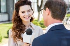 présentatrice gaie avec le microphone Photographie stock libre de droits