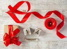 Présentez au jour du ` s de Valentine sur la table Vue supérieure Photos libres de droits