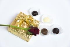 Présentez avec la lettre, la rose de rouge et le chocolat Images libres de droits