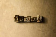 PRÉSENTEZ - le plan rapproché du mot composé par vintage sale sur le contexte en métal Photos stock