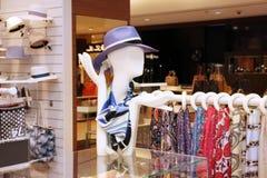 Présentez les accessoires de boutique pour les hommes, un mannequin dans un chapeau et des châles Photo libre de droits
