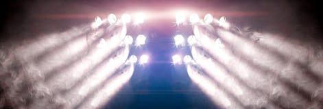 Présentez les lumières et le brouillard ou brumeux dans l'obscurité image stock