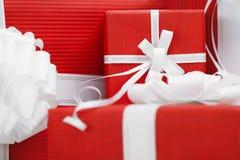 Présents avec des proues d'empaquetage et de blanc de rouge Photos libres de droits