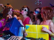 Présents colorés et beau jeu de filles Image libre de droits