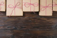 Présents de boîte de cadeaux de Noël sur le fond en bois Photos libres de droits