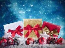 Présents de Noël sur la neige Photos stock
