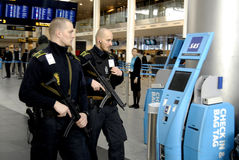 PRÉSENTS DE POLICE À COPENHAGUE INTERNATIONAL AIRPOT Photo libre de droits