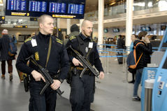PRÉSENTS DE POLICE À COPENHAGUE INTERNATIONAL AIRPOT Photographie stock libre de droits