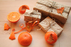Présents de vintage de Noël avec la mandarine photos stock