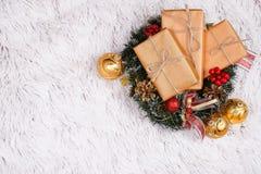 Présents en guirlande de Noël et babioles d'or image libre de droits