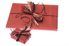 Présents enveloppés en papier rouge. D'isolement Images stock