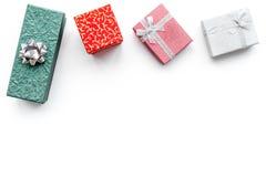 Présents et cadeaux de achat dans des boîtes pendant la nouvelle année 2018 Ventes de vacances Maquette blanche de vue supérieure Photographie stock