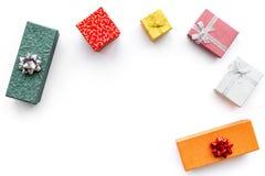 Présents et cadeaux de achat dans des boîtes pendant la nouvelle année 2018 Ventes de vacances Maquette blanche de vue supérieure Photo stock