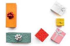 Présents et cadeaux de achat dans des boîtes pendant la nouvelle année 2018 Ventes de vacances Maquette blanche de vue supérieure Images libres de droits