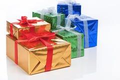 Présents et concepts de célébration Beaucoup enveloppés de boîte-cadeau colorés Photo libre de droits
