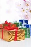 Présents et concepts de célébration Beaucoup enveloppés de boîte-cadeau colorés Photographie stock