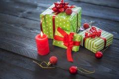 Présents et ornements colorés de Noël Images stock