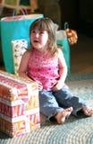 Présents et pleurer d'ouverture de fille d'anniversaire Photos stock