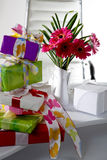 Présents et vase à fleur sur la table de bureau Photo stock