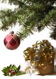 Présents, houx, arbre de Noël Photo stock