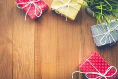 Présents mignons de boîte-cadeau sur le fond en bois Images libres de droits