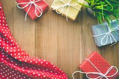 Présents mignons de boîte-cadeau sur le fond en bois Photos libres de droits