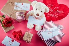 Présents pour le jour de valentines sur le fond rose Images stock