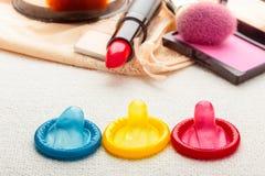 Préservatifs et cosmétiques sur la lingerie de dentelle Image libre de droits