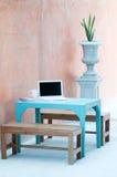 Présidence bleue de table et en bois extérieure Photos stock